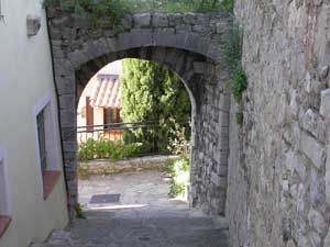 village-porte-place-tour-sarrasine.jpg