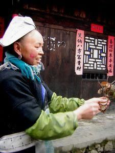 Une villageoise qui veut nous vendre quelque chose