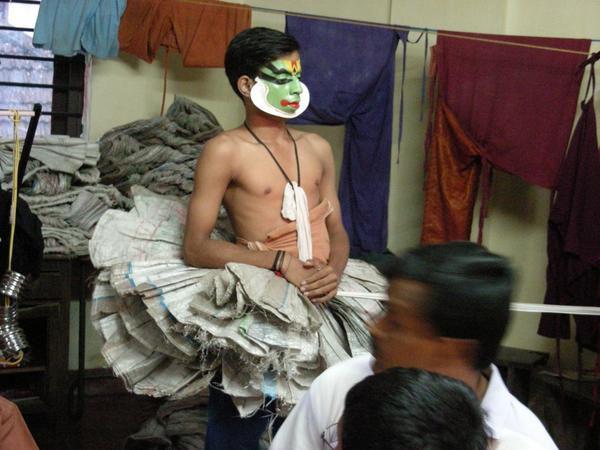 462-Kathakali-show--habillage-d-un-acteur.jpg
