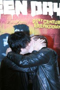 billie-joe-armstrong-kiss-tre-cool.jpg