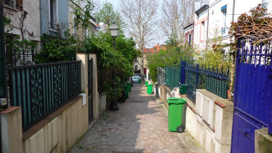 De la Butte Bergeyre au parc des Buttes Chaumont, à la Mouzaïa, au square du Chapeau rouge, et ensuite au village de Charonne.Une grande marche à pied.