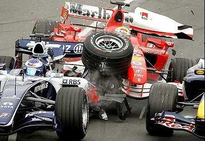 Premier virage et déjà deux pilotes en moins : Massa et Rosberg. Un peu plus loin, Trulli subira le même sort