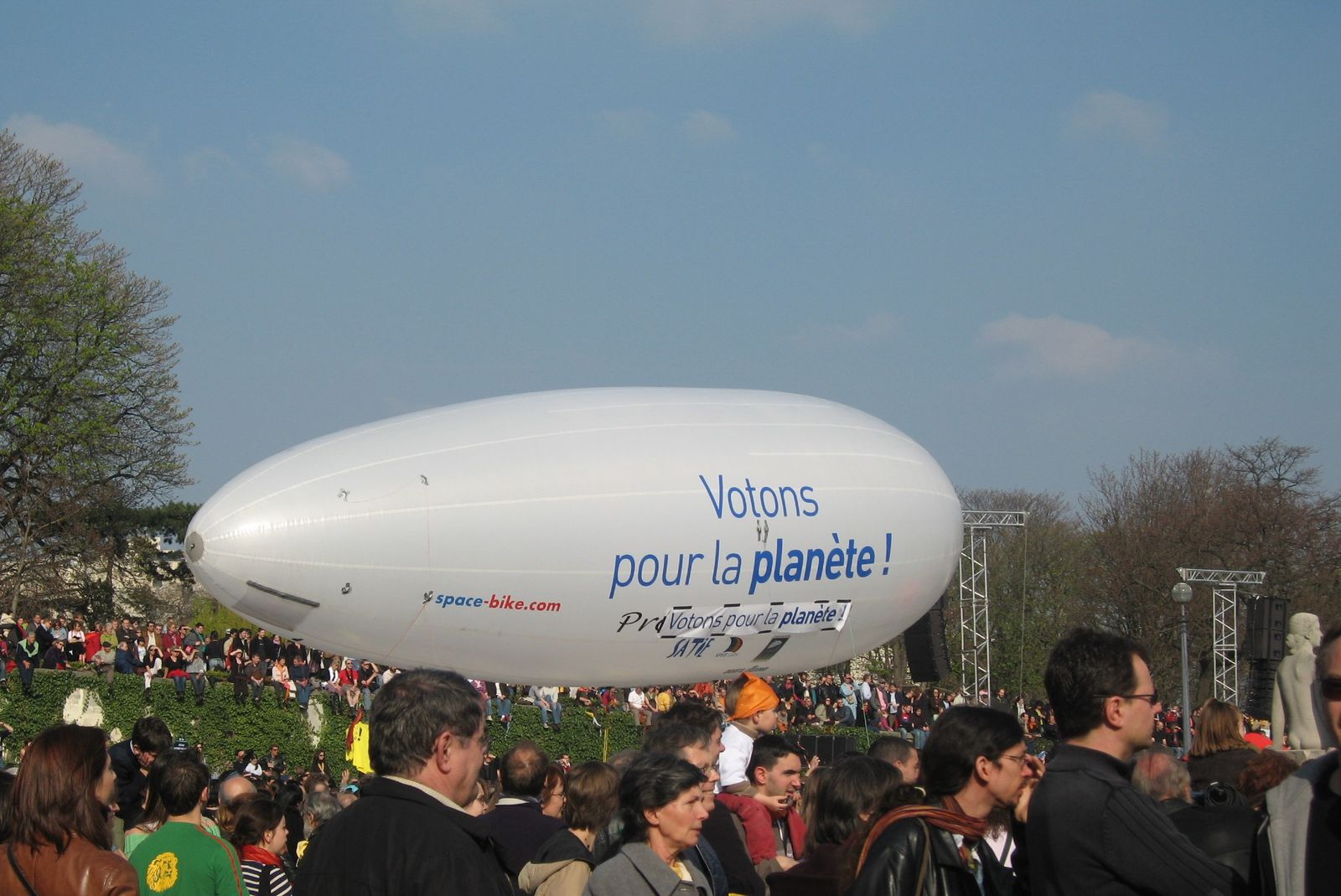 dirigeable portant le slogan : &quot;Votons pour la plan&egrave;te&quot;