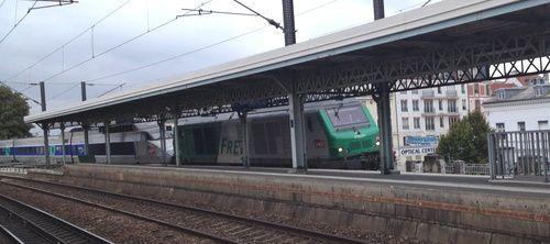 passage d'un TGV de fret en gare du Raincy-Villemomble-Montfermeil