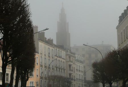 Le clocher de l'église ND du Raincy dans le brouillard