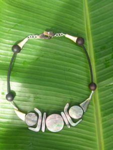 Le-magouarou-bijoux-nacre-lifou-expo-fleche-faitiere.JPG