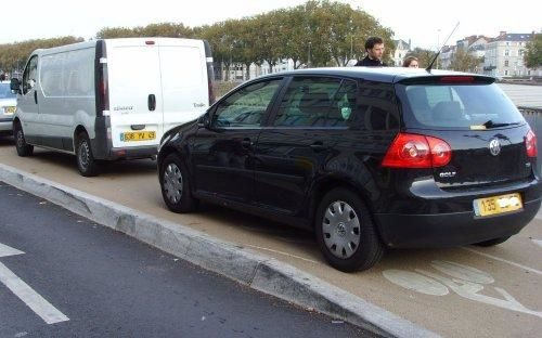 2006_11_12_angers_voiture_piste_cyclable.jpg