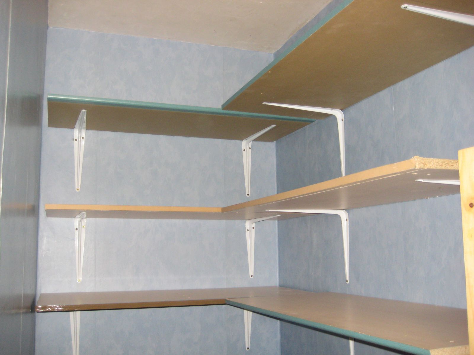 Que faire avec de vieilles portes d 39 armoire kalawangue - Faire une etagere en bois ...