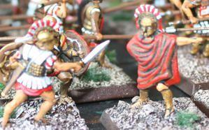 Au long des siècles, l'armement varia beaucoup, mais à l'épaque d'Alexandre, on rencontrait encore des soldats vétus du Linothorax (la cuirasse de couches successives de lin) et coiffés du casque classique, dit Corinthien.