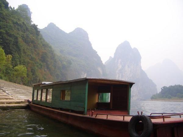 Petit bateau à l'entrée d'une grotte sur la rivière Li
