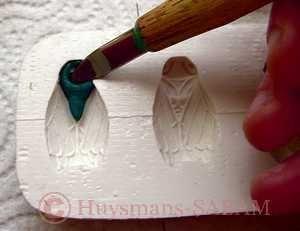 estampage d'une cigale multicolore en Fimo dans un moule en silicone - Arts et sculpture: sculpteur mouleur