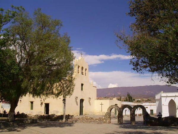 La plaza 9 de julio de Cachi (Salta). Photo Petit Hergé décembre 2007.