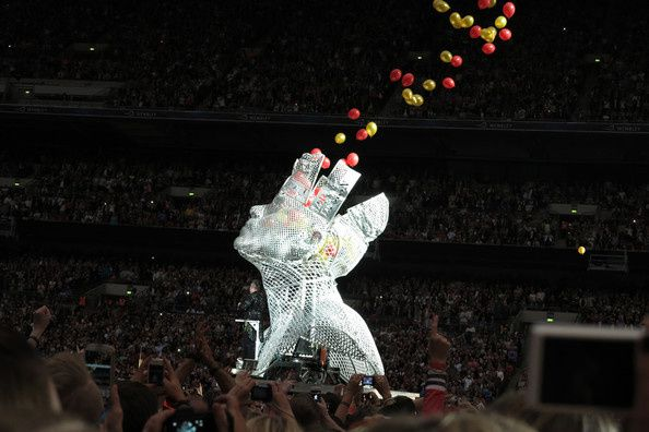 Robbie-Williams-Olly-Murs-play-Wembley-stadium-SPzgslImyial.jpg
