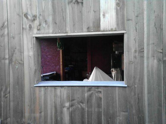 Une maison la campagne les travaux de r novation de for Entourage fenetre exterieur