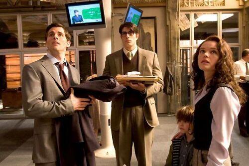 Richard White (James Marsden), Clark Kent et Loïs Lane (Kate Bosworth) assistent en direct à la télévision aux méfaits de Luthor.