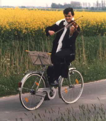 violon-selle-velo-BackPeddlingViolinist.jpg