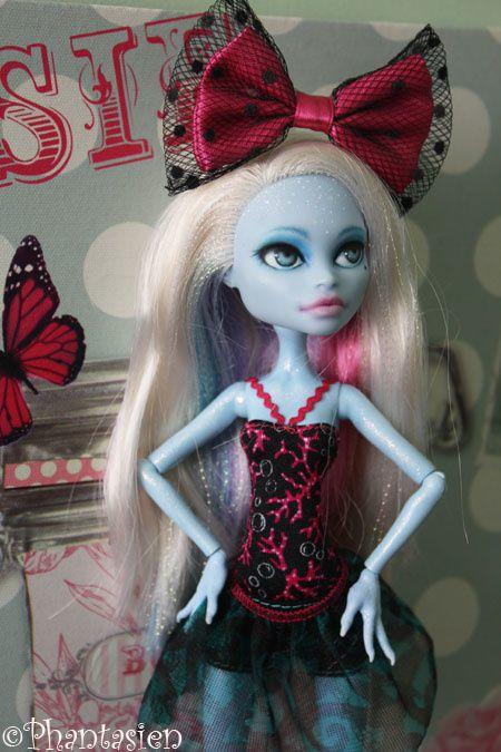 La demoiselle Abbey Bominable Skull Shores est une repaint (OOAK) : Elle a un nouveau make up réalisé par une américaine. Elle est arrivée en mars 2013 !