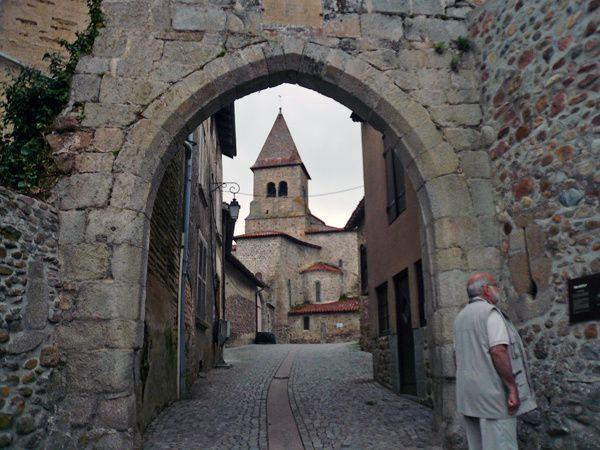 Pommiers (Loire) entrée village fortifié