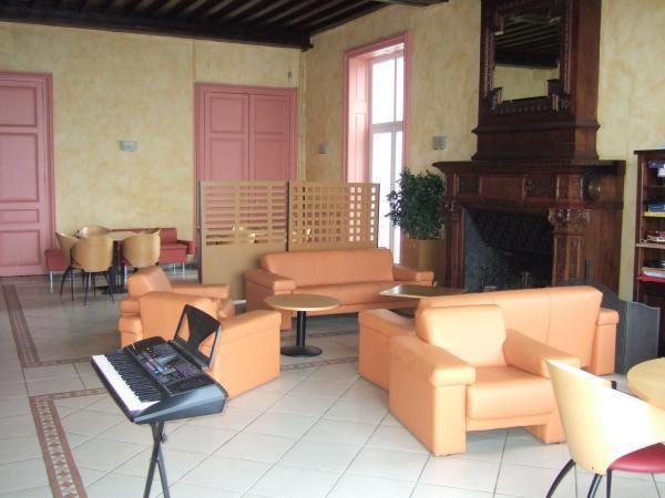 Salon et grande cheminée du foyer Bellevue