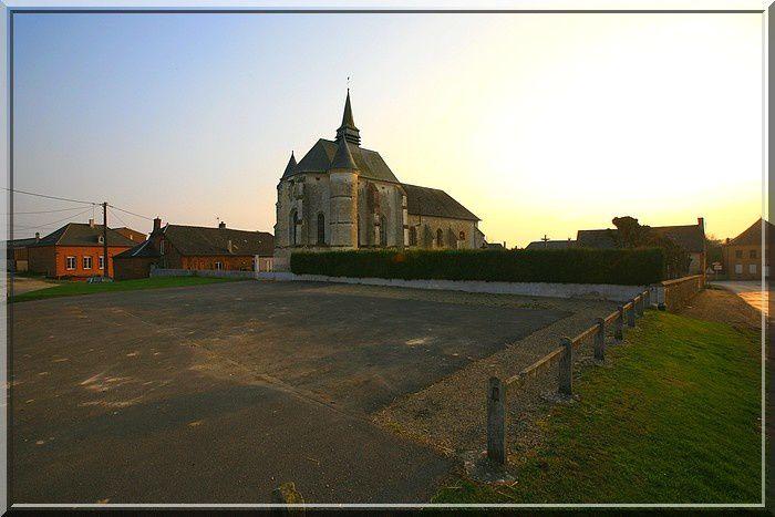 La masse fortifiée de l'église se détache au petit matin