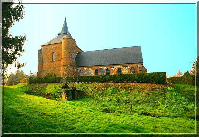 Comme un château fort, cette église est posée sur une colline