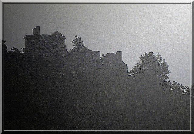 le soleil couchant rend le château plus mystérieux