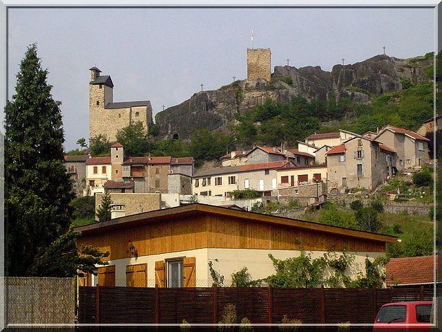 Survolant le bourg, les vestiges du château fort surveillent les touristes !
