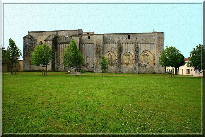 Longiligne et fortifiée cette église est !