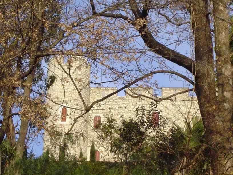 Ce château joue à se cacher..... coucou !