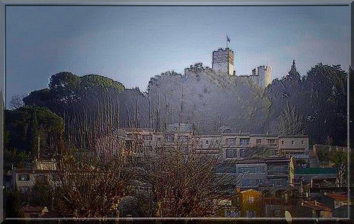 Au loin, au dessus des arbres, une ombre de château apparaît !