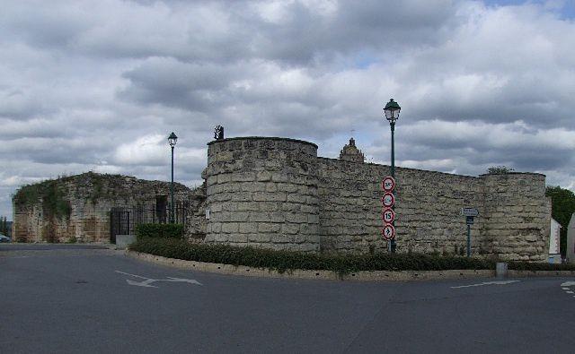 Au sommet du bourg, le ruine surveille les voitures du parking
