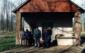 """Les Compagnons devant l'atelier """"Ecureuil"""""""