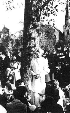 Srila Prabhupada en 1966 à Tompkins square park, le lieu où le mouvement Hare Krishna a commencé en occident