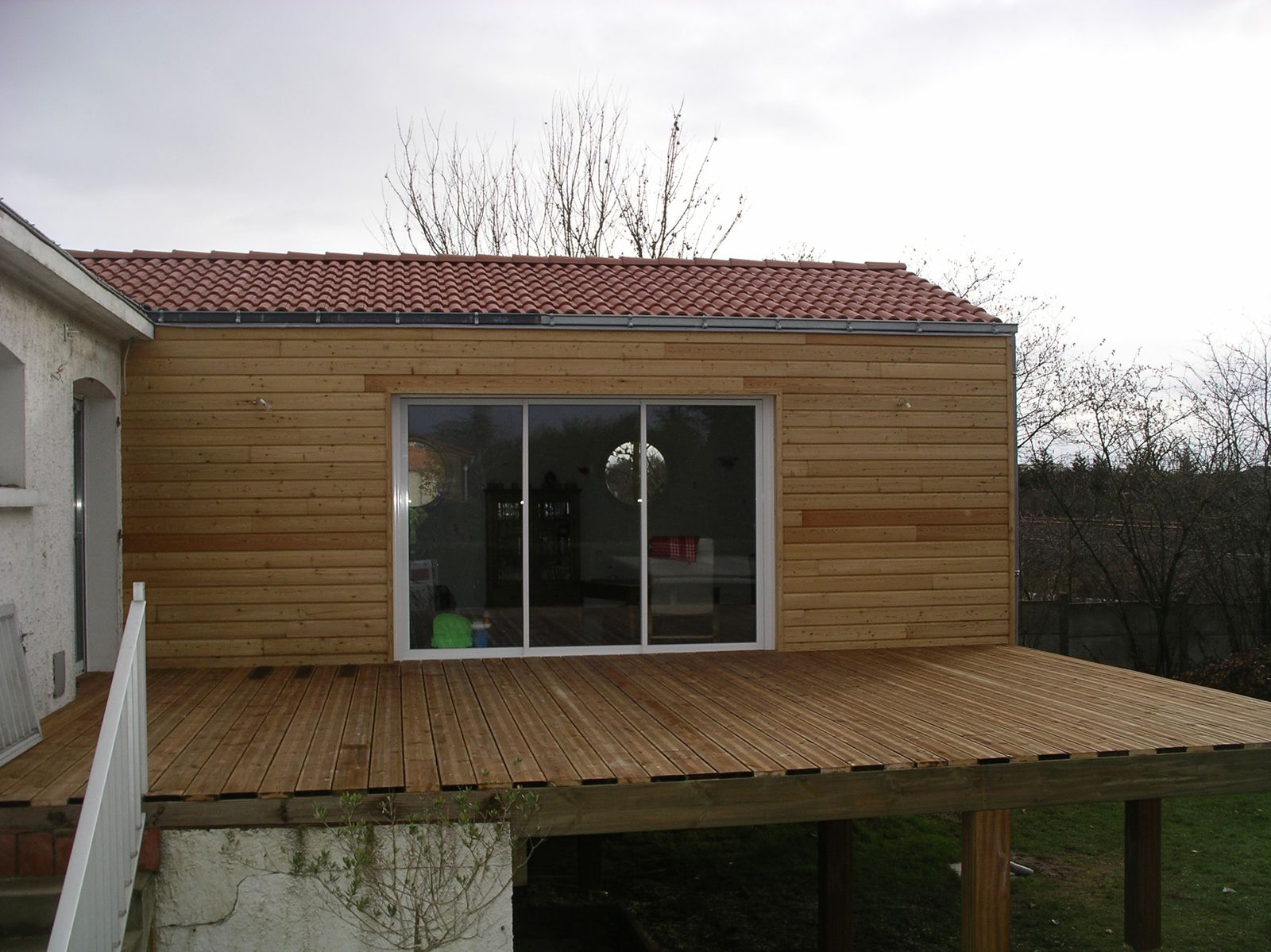 Exemple d 39 extension en ossature bois sur pilotis en iroko for Exemple agrandissement maison