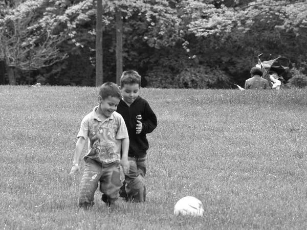 enfant football joue ballon