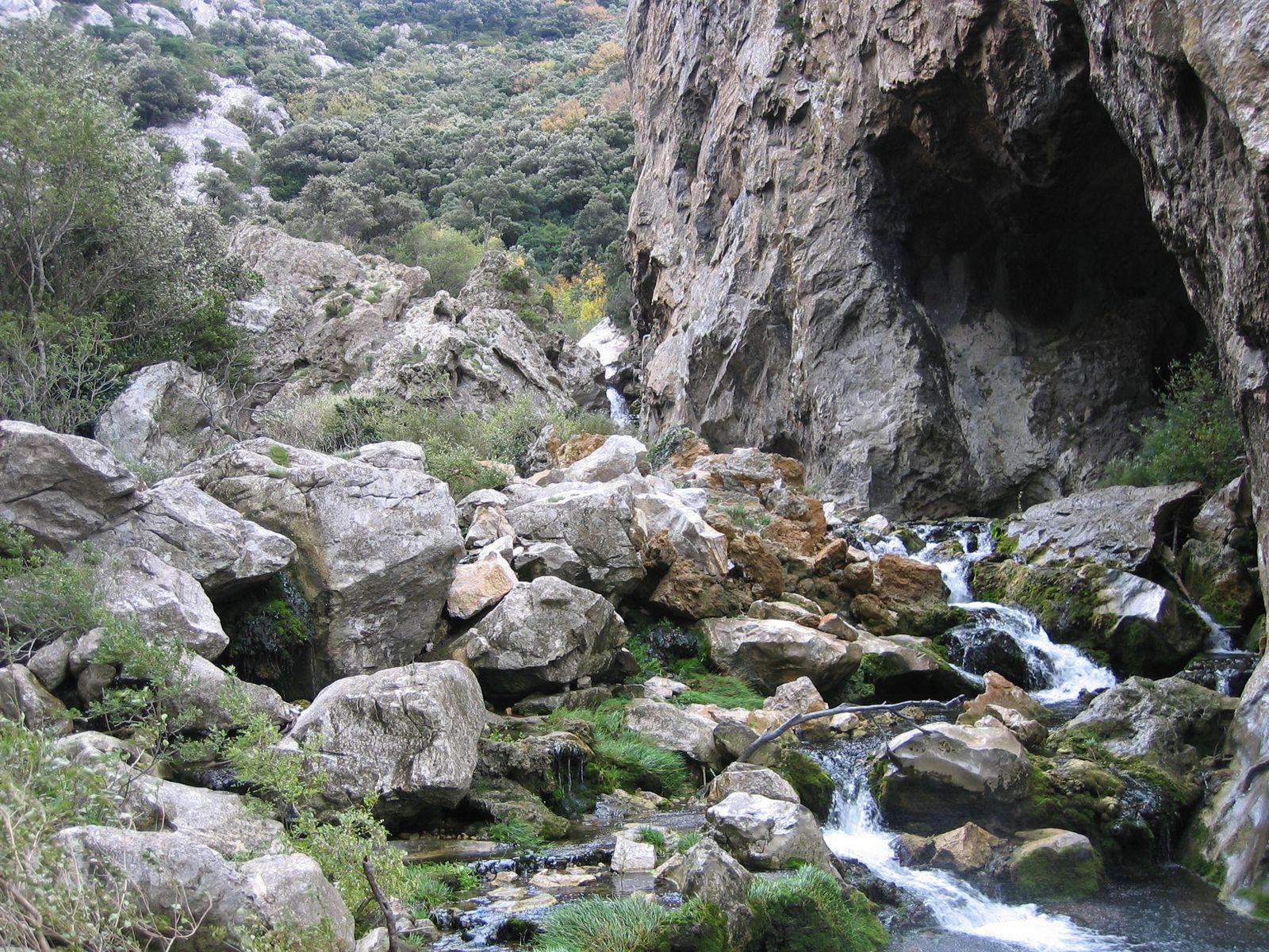 La rivière doit se faufiler à travers un vrac de rocs, sauter des falaises et passer dans une petite gorge étroite où parfois souffle un cers de tous les diables. Beauté fatale.