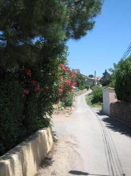 Un petit village des Corbières, son château, sa chapelle et son charme.