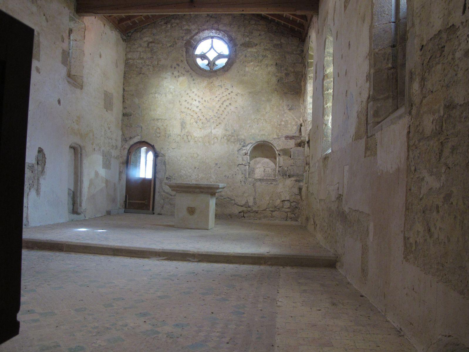 """Village des Corbières au bord de l'Orbieu, Lagrasse est classé aux """"plus beaux villages de France"""".L'abbaye Sainte-Marie d'Orbieu, sur l'autre rive."""