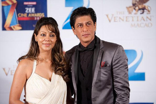Zee-Cine-Awards-2012--Shahrukh-Khan----Gauri-in-Ma-copie-2.jpg