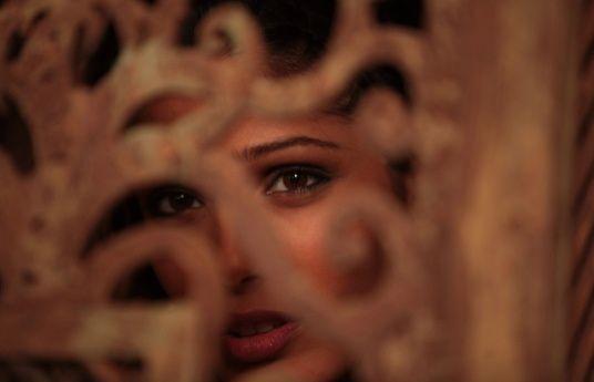 Freida-Pinto-in-Black-Gold.-Blog-Bollywood.jpg