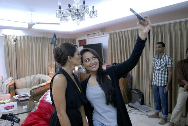 Sonakshi-shinha-on-the-couch-with-koel-2.jpg