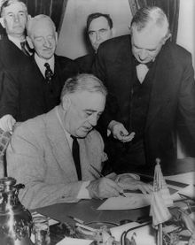 220px-Franklin-Roosevelt-signing-declaration-of-war-against-Japan-December-1941.jpg