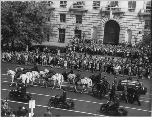 Franklin_Roosevelt_funeral_procession_1945.jpg