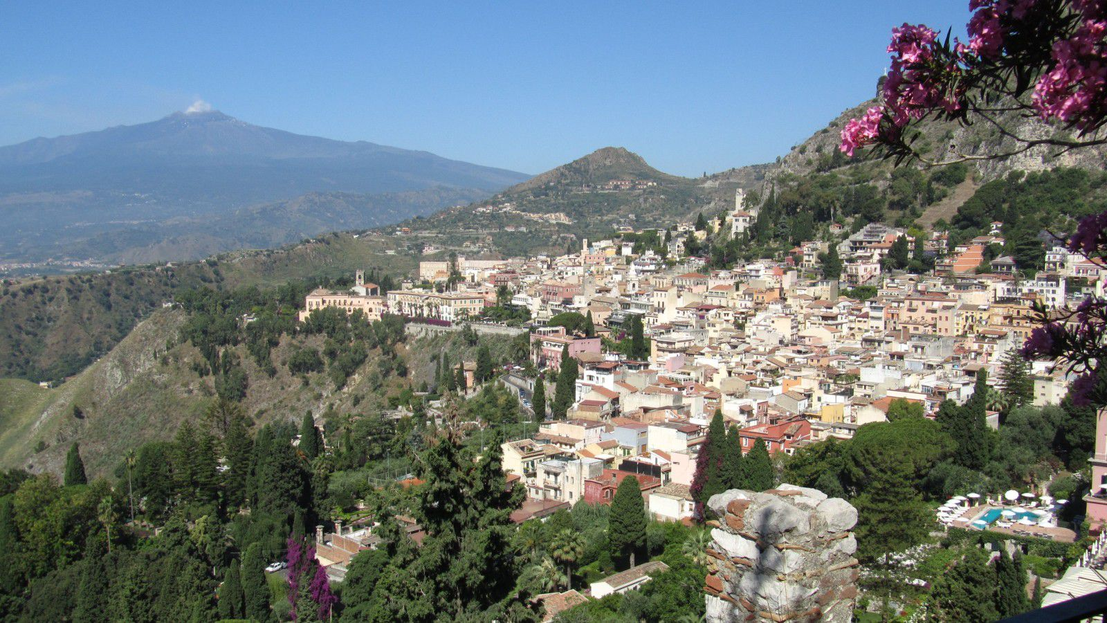 http://idata.over-blog.com/0/32/10/53/villes-geo-urbaine/Taormina.jpg