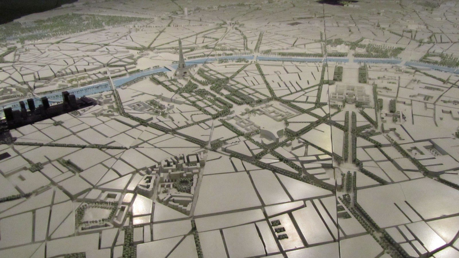 http://idata.over-blog.com/0/32/10/53/villes-geo-urbaine/maquette-Paris.jpg