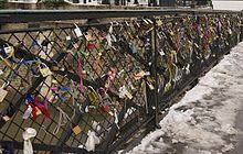 220px-Love_padlocks_Paris_pont_archeveche.jpg