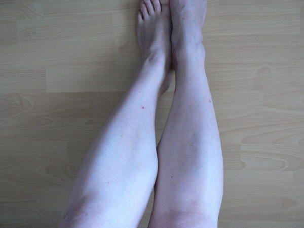 Même les moustiques sont fous de mes guibolles, voyez les petites traces rouges, signes de leur passage.