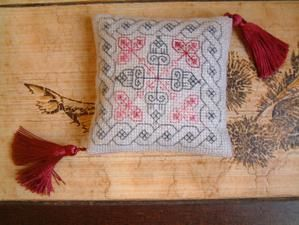 Coussinet-blackwork.jpg