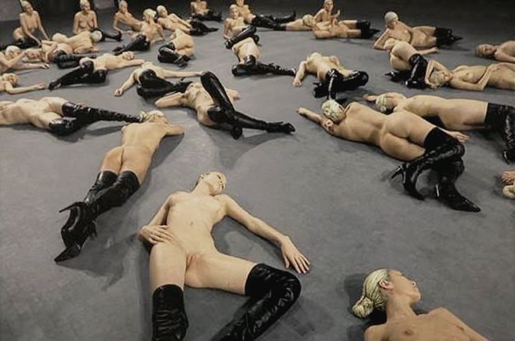 Vanessa-Beecroft-from-point-to-Art-contemporary