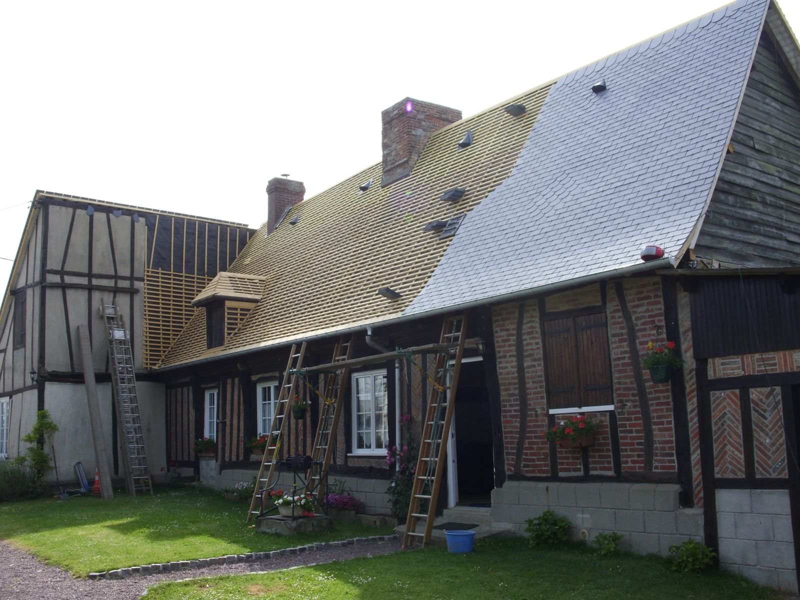 Couverture en ardoise renovation maison normande - Restauration maison normande ...